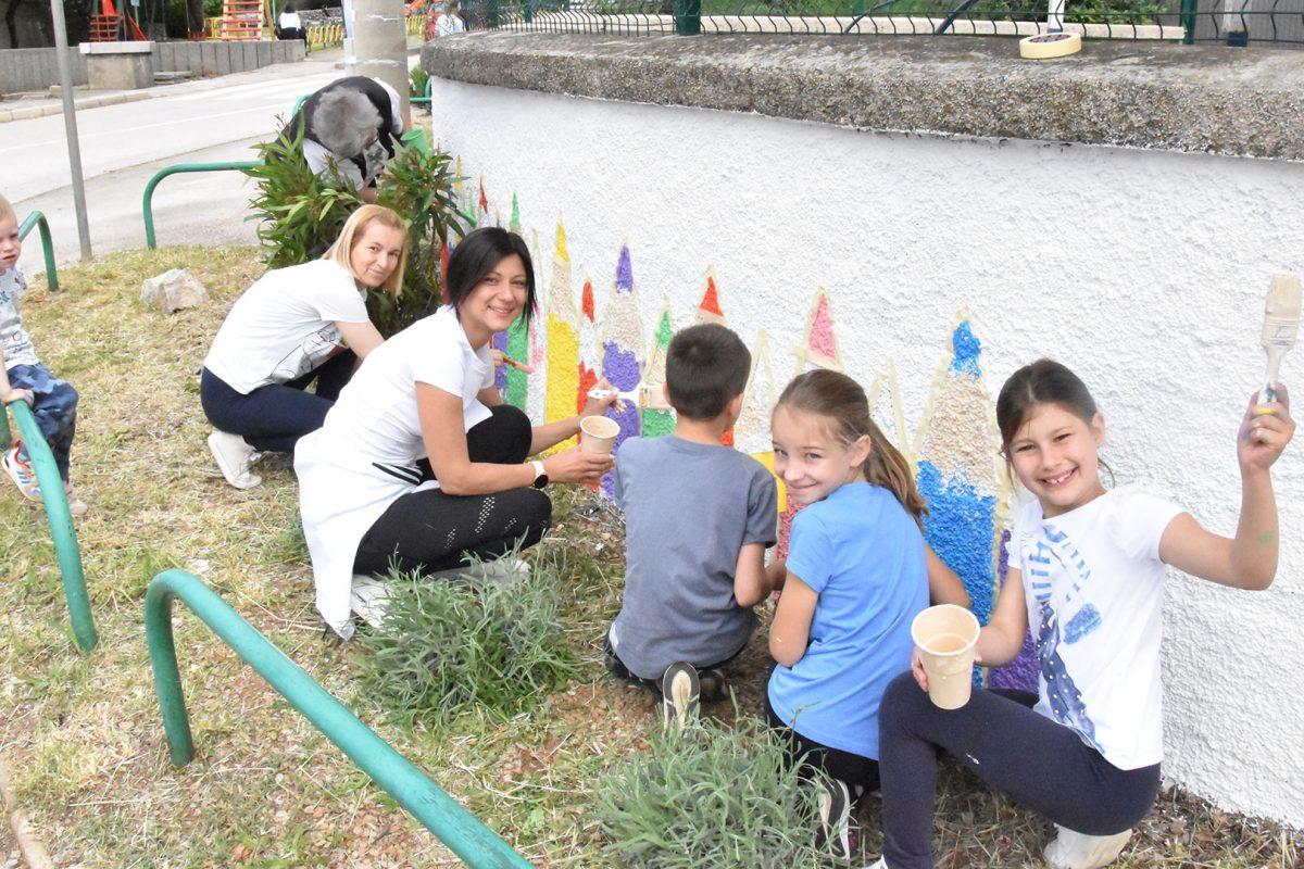 Učenici, roditelji i Šmričani sivi zid pretvorili u crtež